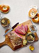 Gepökeltes Rindfleisch, Bagels und Dillgurken