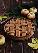 Vollkorn-Apfelkuchen mit Teiggitter