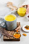 Goldene Milch mit Honig und Kurkuma