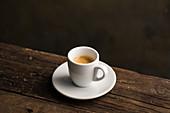 Espressotasse auf Holztisch