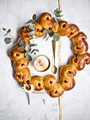 A saffron wreath with cinnamon sour cream