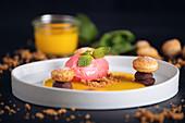 Himbeereis in Orangensauce mit Blätterteig-Schokoladen-Gebäck