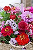 Korb mit Zinnien, Strandflieder, Witwenblume und Strohblumen
