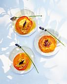 Gebratene Aprikosen mit Lavendelblüten