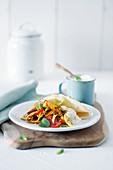 Würziger Hähnchen-Gemüse-Salat mit Pfefferminze und Joghurtsauce