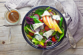 Blattsalat mit Gorgonzola und Apfel