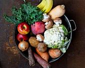 Frisches Obst, Gemüse und Pilze in Schale