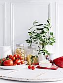 Stilleben mit Nudeln und Tomaten