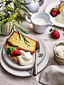 Kastenkuchen mit frischen Erdbeeren und Sahne