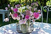 Spätsommer-Strauß mit Rosen, Herbstanemone, Fetthenne, Dahlie und Aster