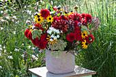 Üppiger Strauß aus dem Bauerngarten: Dahlien, Sonnenhut, Flammenblume, Fetthenne und Eisenkraut