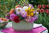 Gesteck aus Dahlien, Sonnenblume und Verbene