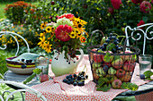 Herbstlicher Strauß aus Dahlien, Sonnenbraut, Sonnenauge, Sonnenhut, Hortensie und Fruchtstand vom wilden Wein