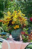 Herbstlicher Strauß aus Sonnenhut, Sonnenbraut, Sonnenauge, Fenchel, Goldrute und Blüten vom Chinaschilf