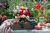 Spätsommer-Strauß aus Rosen, Dahlie, Aster und Herbstanemone, Weintrauben, Äpfel und Hagebutten