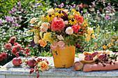 Spätsommer-Strauß aus Rosen, Sonnenhut, Fenchel, Goldrute, Hagebutten und Himbeeren, Äpfel und Brombeeren als Deko