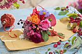 Kleiner Herbststrauß: Rosen, Astern, wilder Wein, Fetthenne, Pfaffenhütchen und Knallerbsen