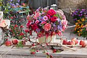 Herbststrauß aus Rosen, Astern, Fetthenne, Hagebutten und Pfaffenhütchen
