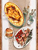 Gebratene Lammchops mit Kartoffelgratin und Tomaten