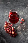 Rotweinglas und Trauben