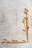 Vollkornspaghetti und Vollkornfusilli in Ährenform gelegt