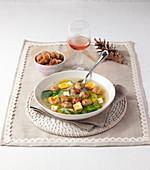 Zuppa alla santè (Suppe mit Endivie und Fleischbällchen, Italien)