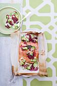 Lachsfilet mit Zwiebeln und Broccoli en papillote
