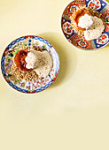 Asiatisch-portugiesischer Bratapfel mit Crema Catalana und Haferflocken