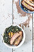 Asiatisch-portugiesische Char-Siu-Bowl mit Schweinefleisch und Reis