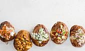 Gefüllte Baked Potatoes mit Lachs, Bohnen, Käse, Avocado und Thunfisch