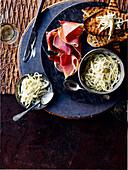 Sellerie-Remoulade mit Serranoschinken und Sauerteigbrot
