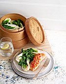 Ingwer-Lachs-Päckchen mit Sesam-Paksoi
