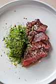 Bavette Steak mit Grünkohlcreme und Algen