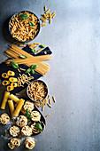 Verschiedene Nudelsorten (Fusilli, Spaghetti, Makkaroni, Cannelloni, Tagliatelle)