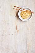 Asiatische Nudeln mit Essstäbchen