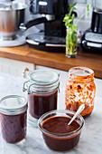 Mexikanische Adobo-Sauce in Gläsern auf Küchentisch