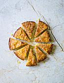 Zitronenkuchen, in Stücke geschnitten