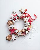 Weihnachtsplätzchen mit weisser und roter Zuckerglasur