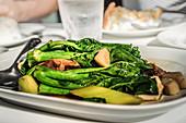 Japanische Abalonen in Austernsauce mit gebratenem Brokkoli