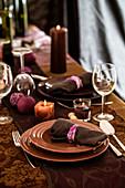 Elegant festlich gedeckter Tisch in Braun und Lila mit Tischläufer und Kerzen