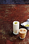 Geeister Haselnuss-Chaitee und einfaches süßes Lassi