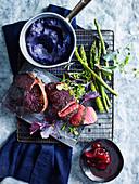 Steak mit lila Kartoffelpüree und Vincotto-Rote-Bete-Kompott