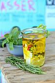 Eingelegter Feta mit Zitronen und Thymian