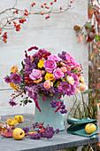 Herbststrauß aus Rosen, Chrysanthemen, Liebesperlenstrauch, Knöterich und Hagebutten