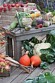Erntedank Stilleben: Blumenkohl, Kürbis, Aubergine, Zucchini, Gurke, Paprika und Äpfel