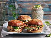 Pulled Chicken Burger mit Krautsalat