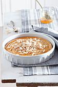 Ricottakuchen mit Orangen-Honig-Sirup und Mandeln