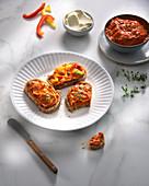 Tartines mit Paprika-Mascarpone-Aufstrich