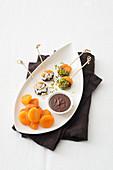 Schokolierte Aprikosen mit Pistazien und Kokosflocken