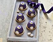 Vegan mini blueberry ring cakes with cashew cream (raw baking)